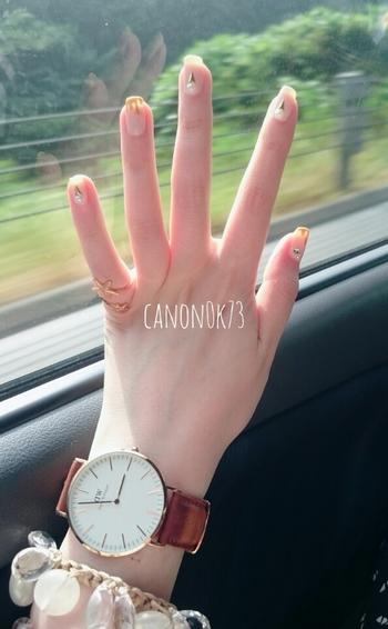 ブラウンの腕時計を若々しく見せたいときは、地爪を生かしたのシンプルネイルがGOOD!クリアモチーフが並んだブレスレットとも相性ぴったりです。