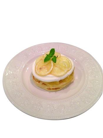 初夏らしい装いのレモンカードと生クリームをのせたさわやかなパンケーキ。 さっぱりとした口当たりは、暑い日の休憩にもってこい!