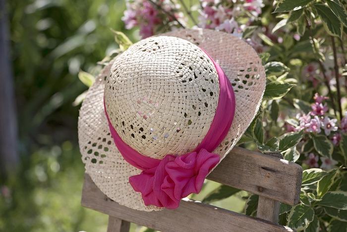 紫外線はダメージが大きくシミや老化、乾燥の原因になります。春~夏にかけて紫外線が最も強い時期なので、帽子や日焼け止めでUV対策を早めに行いましょう。