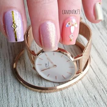 ゴールド系の腕時計をつけるときは、ネイルのモチーフもゴールドにして統一感を意識。ソフトな色味の時計を選べば、ギラギラと派手な印象にはなりません。