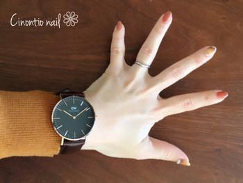 その人自身の温かさを表すようなウォーミーネイル。ブラウンの腕時計と馴染みが良く、調和の取れたレディライクな手元に仕立ててくれます。