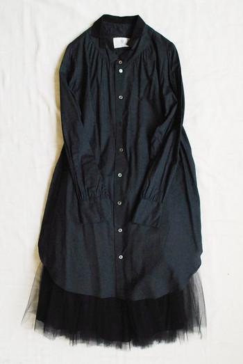 シャリ感のあるシャツワンピースに、エアリーなチュールスカートを合わせて。上下の素材感にギャップをつくると、メリハリのある立体的な装いに仕上がります。
