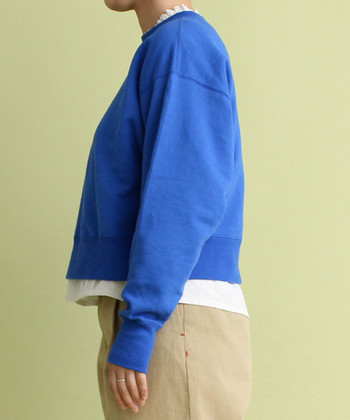 さらに裾からもチラ見せすると、コーディネートが一気に軽やかな印象にシフト。色鮮やかなアイテムを、グッとマイルドに引き立てます。