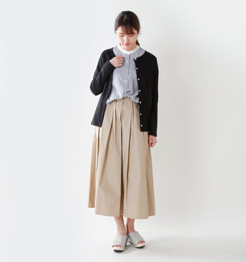 こんな風に上品なブラウスにレイヤードさせても素敵。パンツはもちろん、ふんわりとしたロングスカートにも良く似合います。カジュアルもキレイめもOKな頼れる一枚◎。