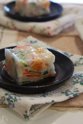 キュウリやカニカマ、そしてなんとみかんも入った彩り豊かな食材をマヨネーズベースで和えて固めた秋田名物のサラダ寒天。食欲がないときでもこれならぺろっと食べられそう!野菜不足解消にもなっちゃいますよ。