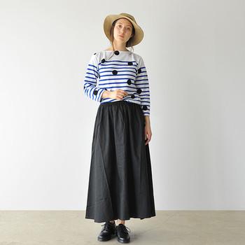 「デザイン性のあるボーダートップスが欲しい!」という方におすすめなのが、ボーダーの上に水玉を配したこんな一枚。エアリーなロングスカートを持ってきて、とことんフェミニンにまとめるのが◎。
