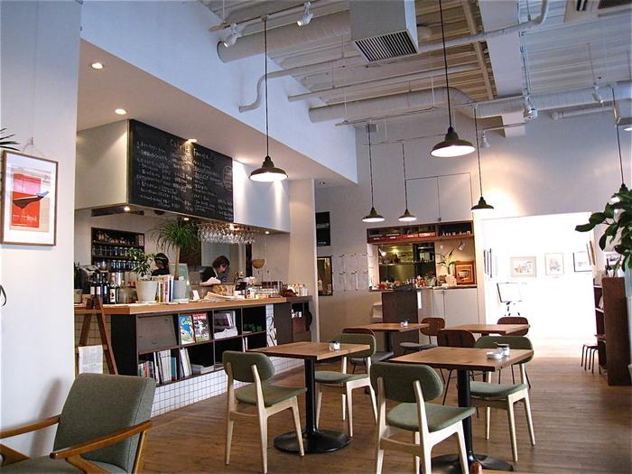 三鷹駅から徒歩5分のところにある「ハイファミリア」は、ギャラリー併設のカフェです。ナチュラルでほっとできる空間は、ついつい長居してしまいそう。