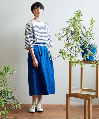 鮮やかな空色スカートをセットすれば、フレッシュで女性らしいマリンルックの出来上がり♪ミディ丈もレディライクに見えるポイントです。