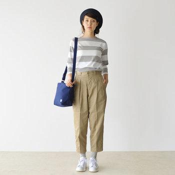 グレーとホワイトのボーダーTシャツは、ベージュのパンツでそのまろやかさをキープ。ほのかにパリシックが薫るスタイルです。