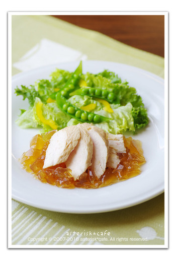 茹でた鶏肉を再度寒天を入れた茹で汁に漬け込んでおき、ポン酢ジュレとともに頂くとってもヘルシーなレシピです。寒天の入った茹で汁効果でパサつきがちな胸肉もしっとり頂けます。ダイエット中の方にオススメのレシピですよ。