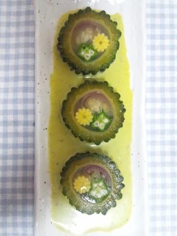 ブイヨンで煮た夏野菜をゴーヤに流し込み、寒天で固めた見た目も可愛いゴーヤのテリーヌ。ヤングコーンやオクラなど、切り口が可愛い食材を入れることでさらにキュートさup。
