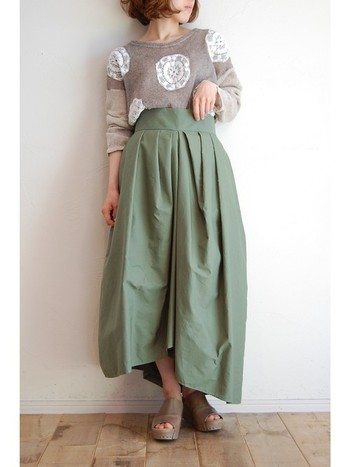 今年大人気のカラーがグリーン。くすみのあるグリーンは落ち着いた雰囲気と初夏の爽やかさの両方を演出してくれます。ボリューミーなくすみグリーンのスカート+ブラウントップスのアースカラーコーデでお出かけしてみませんか?