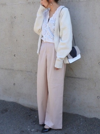 レーストップスに白カーディガン、くすみピンクのパンツを合わせた女性らしいコーデ。柔らかなピンクのカラーを身につけるだけで、優しい気持ちになれそうですね。