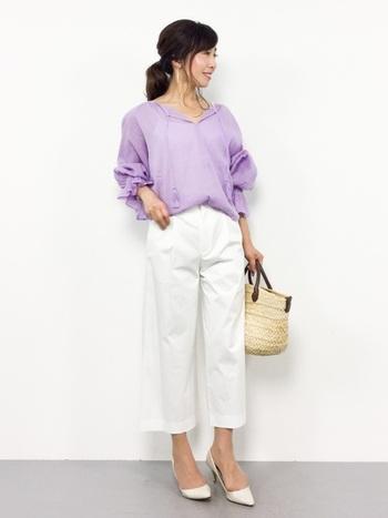優しく柔かな女性らしい雰囲気の中にもほんのり色気を感じるくすみパープルのブラウス。白パンツと白パンプス、かごバックの3色でまとめて爽やかに。