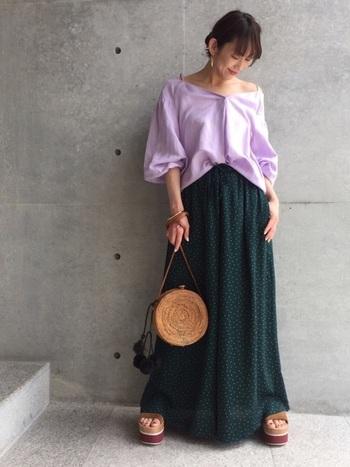 横広ネックライン&ボリューム袖のくすみパープルトップスに濃いグリーンのロングドットスカートを合わせて。くすみのある淡い紫は肌の色を綺麗に見せてくれる上に、ちょっとアンニュイな雰囲気のあるコーデを演出できる、大人の女性にぴったりのカラーです。