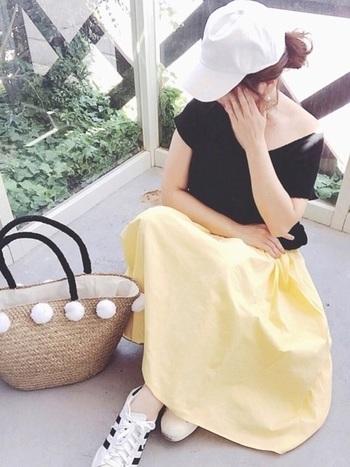 普段はモノトーンが多いという方には、くすみイエローのスカートがオススメ。白スニーカーやシンプルな黒Tシャツにも合わせやすく、明るく元気な女性に見せてくれます。