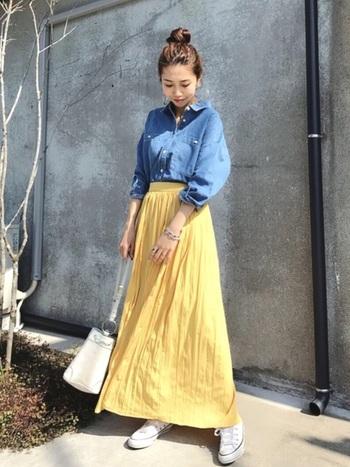 デニムシャツとの相性もいいくすみイエローのスカート+白スニーカーのコーデ。夏らしい配色で午後の街をお出かけしたいですね。