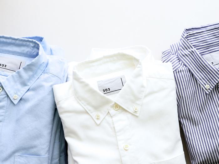 一枚でオシャレに決まるシャツも、ボタンを留めずに羽織りとして使えば着こなしの幅がぐっと広がります。洗いざらし感のある風合い豊かな素材を目安に選べばシワも気にならないので、持ち運びもしやすいはず◎