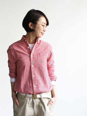 大人の女性が着ると可愛いギンガムチェックのシャツ。洗いざらしの風合いに仕上げられていて、ナチュラルで程よく肩の力が抜けた着こなしが叶います。「着た瞬間から体に馴染む」そんな心地良さをぜひ味わってみてください。