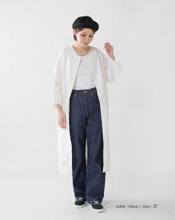 白Tシャツ×デニムの定番スタイルも、ノーカラーワンピースをプラスすれば爽やかなフェミニンスタイルに。 白 ON 白のワンカラーコーデは夏にぜひ挑戦したいですね♪