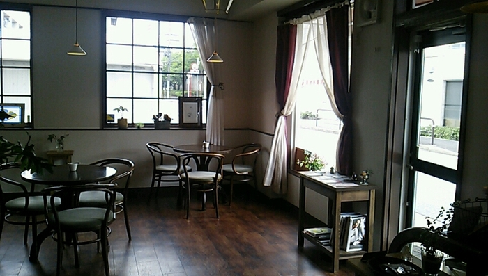 音楽好きの店主が選ぶBGMと、気持ちのいい陽の光が入る店内は、ゆったりとした時間をすごせます。置いてあるオブジェや雑貨なども、かわいいものばかりで、ほっこり幸せな気持ちになれる素敵なカフェです。