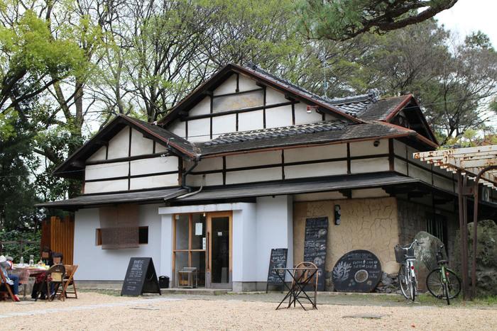 「鶴舞公園」は名古屋で初めてできた公園だそうで、今から100年以上も前につくられてからずっと、名古屋の人から愛されています。そんな鶴舞公園の中にあるのが2軒目のおすすめカフェ「nuncnusq」。
