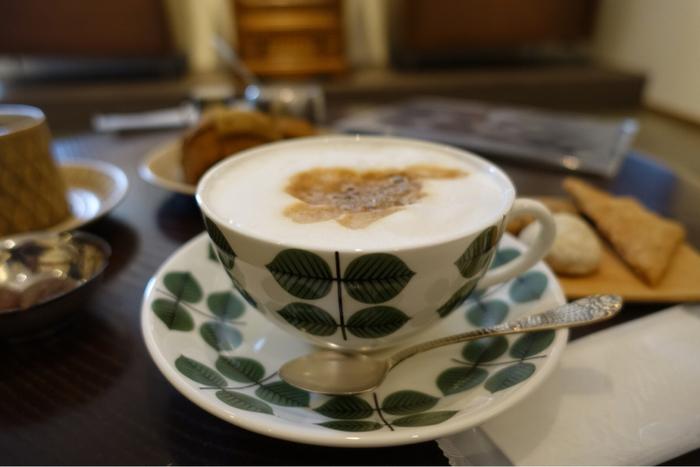 こちらでは、世界中から選りすぐりの珈琲豆が揃っており、店内にある大きな焙煎機でそれぞれの豆に適した状態に仕上げられているのだとか。ひとつの産地に絞った「シングル・オリジン」からバランスよくブレンドされたものまで様々なコーヒーを楽しむことができますよ。