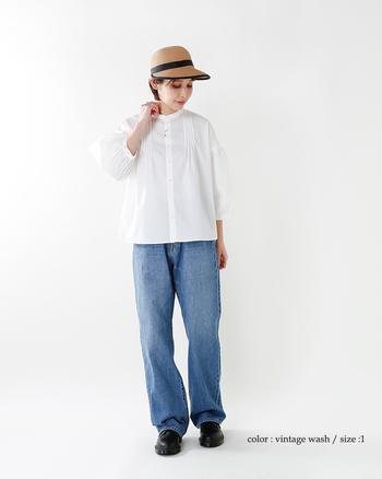 ノーカラーの可憐な白シャツは、ごつめのローファーにデニムの裾をたるませてメンズライクにきめて。シャツはデニムにインせず、全体をゆったりとしたシルエットでまとめることで、絶妙なバランス感に◎