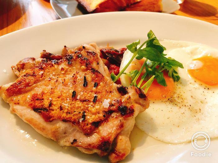 こちらは大山鶏のグリル+目玉焼き、フレンチトースト2枚のブリオッシュフレンチトーストブランチ。ブリオッシュフレンチトーストブランチはメインをお肉とお魚から選べます。