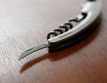 マット仕上げによるエレガントでスタイリッシュなデザインのソムリエナイフです。ワインのラベルを剥がしやすいよう、刃にはギザギザのカットが施されています。