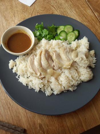 茹でたやわらかい鶏肉を楽しめる人気タイ料理「カオマンガイ」も、ランチで提供しています。味噌や生姜を感じるタレも絶品ですよ。
