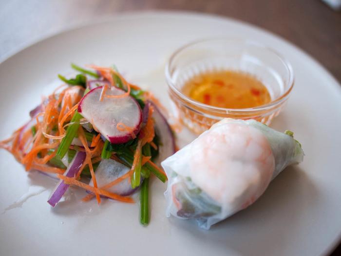 「クリヤム」は、定番ではないタイ料理も豊富なので、ディナーで訪れて、たくさんのメニューを楽しむのもオススメ。ぷりぷりの海老がはいった生春巻など、つまめるものも美味しそう♪もちろんタイのシンハービールも揃っていますよ。