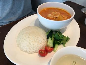平日のランチは、シンガポールチキンライスと日替わりカレーの2種類。シンガポールチキンライスが人気なのですが、カレーもかなり美味しいとのことなので、誰かと行った時には食べ比べをするのもおすすめです。