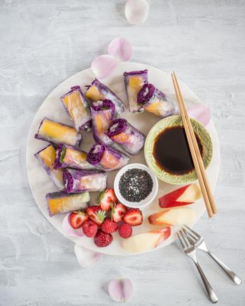 紫キャベツやパプリカの鮮やかな色合いがテーブルをパッと華やかにしてくれるさっぱり風味のおつまみです。エビやサーモンなど中に入れる具材をアレンジして楽しむこともできますよ。