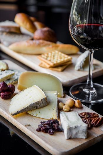自宅でひとり飲みするときも、ワイングラスやおつまみをのせるプレートにこだわりたいもの。リラックスタイムをワンランクアップしてくれる、ワイン関連グッズをご紹介します。