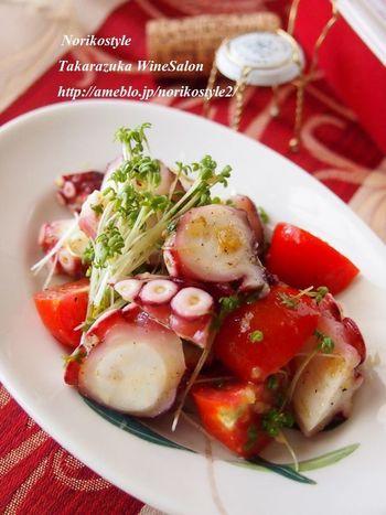 タコとトマトを使った混ぜるだけの簡単マリネレシピです。ロゼカラーのきれいな彩りと歯ごたえを楽しめるおしゃれおつまみですね♪