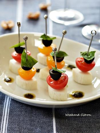 かまぼこを使った簡単おつまみレシピならこんなメニューはいかがですか?トマトなどの彩り野菜で作った一口サイズのおしゃれなピンチョスは、パーティメニューやおもてなし料理にも使えて重宝しますよ。