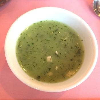 平日ランチメニュー「点心6種+蒸し野菜セット」につくスープも美味しいと評判です。こちらはほうれん草のスープ。