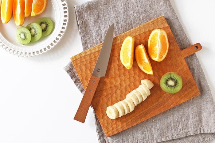 女性の手にすんなりおさまる小ぶりの包丁は、ちょっと果物を切ったり皮をむいたりするのに重宝します。ハンドルには無垢のケヤキが使われ、温かみもたっぷりです。
