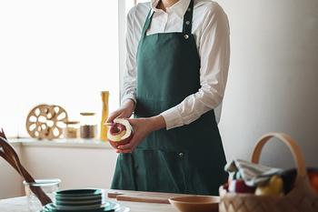 デンマークのブランド「The Organic Company(オーガニックカンパニー)」のエプロンは、世界基準を満たしたオーガニックコットンを100%使用しています。ストラップについた長さを調整できるボタンは、デザイン的にもGOOD♪ 前には大きなポケットもついており、使い勝手もよし。