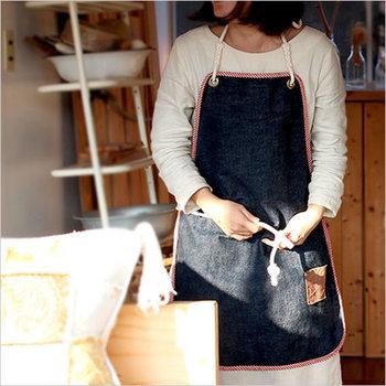 インディゴブルーとストライプのバイピングがとってもおしゃれ。薄手のデニム生地なので、料理だけでなく、DIYなどにもガシガシと使えます。革のポケットもアクセントになっており、デザインへのこだわりが感じられるエプロンです。