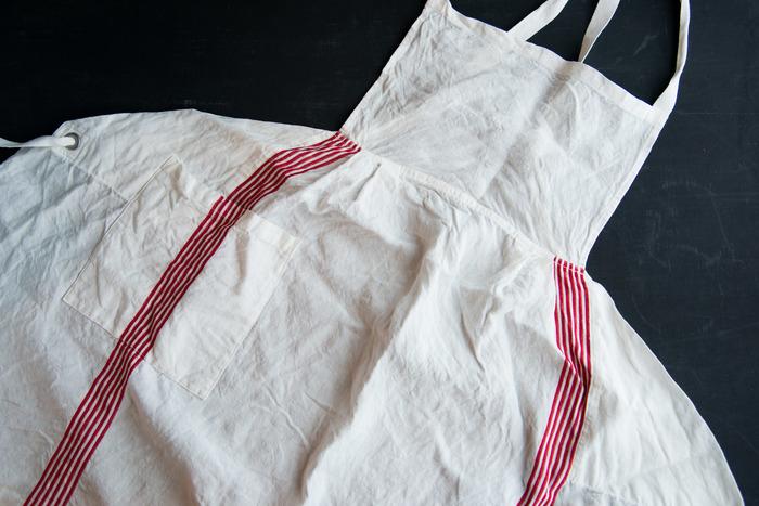 布作りから縫製・刺繍までも国内で生産する上質な「ALDIN」のリネンは、使うほどにやわらかくなじみ、吸湿性がよく乾きが早い◎ ヴィンテージのワンピースのような可憐で厳かな雰囲気は、つける、というより身にまとうという表現のほうが似合います。