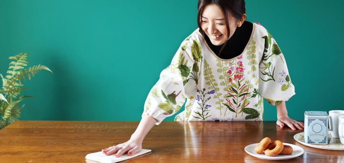 すっぽりと囲ってくれる「かっぽう着」は、袖が濡れたり、汚れてしまう心配もないので、気兼ねなく家事に集中できます。こんな華やかなテキスタイルならおしゃれに◎