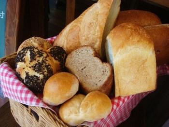 伝統的な製法を守ってつくられるパンは、素朴で、なんだかほっとするような味わい。スープに添えたりと、毎日の食事でいただきたくなりますね。 甘酸っぱいチェリーパイや、小さなハートの型のミミパイなど、お土産向きのものもありますよ♪