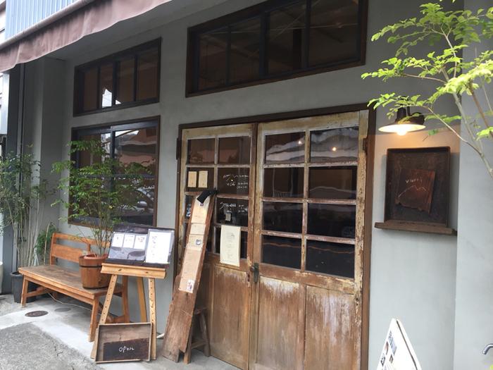 長谷駅から徒歩約5分。由比ヶ浜通り沿い、長谷観音の交差点のすぐ近くにあるカフェが「vuori(ブオリ)」。1階はカフェ、2階はくらしの道具店とギャラリーのスペースになっています。