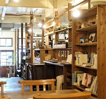 様々な本が並ぶ本棚もあります。山歩きが好きなオーナーさん夫妻の個性を感じられる、山岳系の本もずらり。ゆっくり、非日常的な雰囲気に浸れそうです。