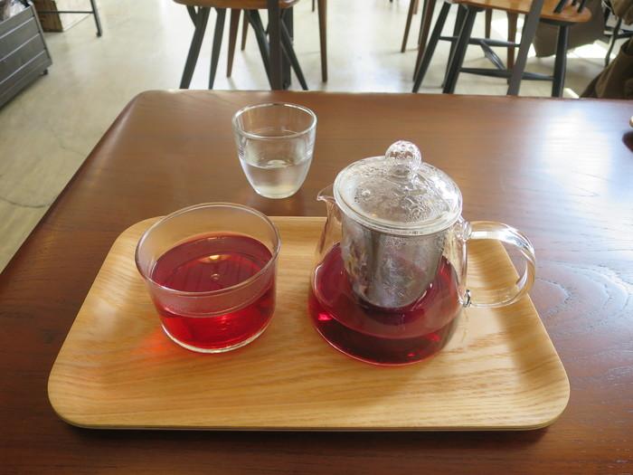 カフェメニューは、一杯ずつ丁寧に淹れたドリップコーヒーやエスプレッソメニューをいただけます。コーヒー豆はノルウェー発の人気カフェ「フグレン」のものを使用。果実のような爽やかな香りが楽しめますよ。 また、ブルックリンにある「BELLOCQ(ベロック)」の茶葉を使用した紅茶や、ハーブティーなどもオススメです。
