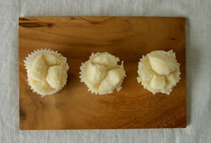 米粉をベースに作る基本の蒸しパンです。米粉の蒸しパン作りのコツは2つ。生地をしっかり混ぜ合わせることと、ベーキングパウダーとお酢を加えることです。