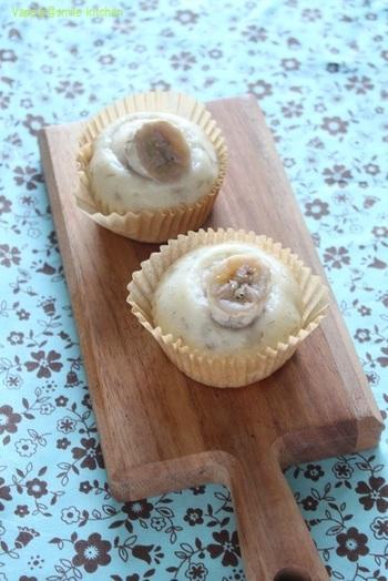 米粉にバナナの甘みをプラスした蒸しパンレシピです。バナナは生地にフォークなどでつぶし入れて、さらにトッピングにも使います。