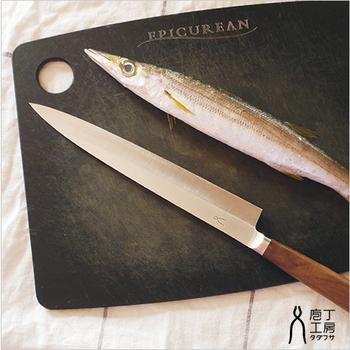 お店で食べるようなお刺身を自宅で。長い刃の全体を使ってスッと引くように切ると魚の繊維がつぶれず、おいしいお刺身が作れます。
